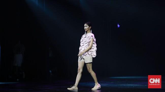 <p>Tampilan busana longgar yang membuat gerak leluasa, dan busana pas badan digambarkan dengan siluet rok bervolume dan ketat, A-simetris, gaun tali, dan gaya bulu-bulu. (CNNIndonesia/Adhi Wicaksono)</p>