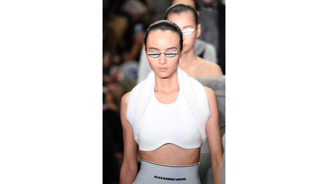 Alexander Wang menggelar fashion show untuk koleksi busana terbarunya di Four Times Square, bekas kantor lama Conde Nast dalam rangkaian New York Fashion Week. (JP Yim/Getty Images/AFP)