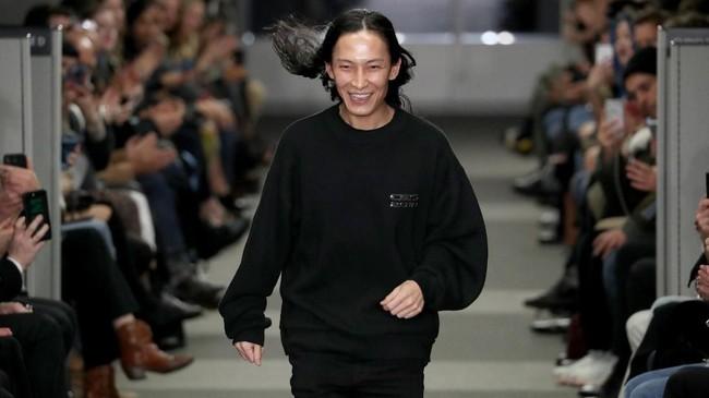 Tampilan rok mini berbahan tweed dengan warna pink, dan sweatpants bertuliskan A.Wang Platinum juga menghiasi koleksi barunya. (JP Yim/Getty Images/AFP)