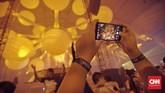 Salah satu penonton sedang mengabadikan festival musik EDM 'Sensation Jakarta 2018' yang digelar di ICE BSD City, Pademangan, Tangerang, Sabtu, 10 Februari 2018. CNN Indonesia/Bisma Septalisma