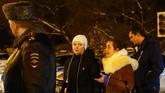Seorang wanita menangis di lokasi ditemukannya puing-puing jatuhnya pesawat. Menteri Transportasi Rusia menyatakan identifikasi korban memerlukan pakar genetika dan berlangsung sedikitnya dua tiga bulan. (Sefa Karacan/Anadolu Agency)