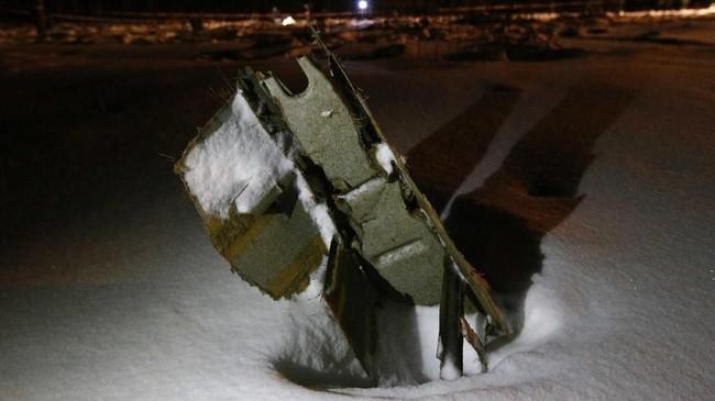 Penyelidik memastikan tak ada korban selamat, seluruh 65 penumpang dan 6 awak tewas. (REUTERS/Sergei Karpukhin)