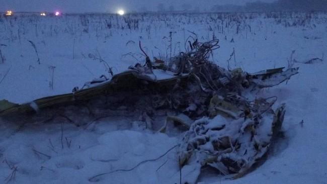 Di Bandara Orsk, tempat pesawat seharusnya mendarat, keluarga korban menunggu dengan penuh kesedihan. Andrei Odintsov, walikota Orsk menyatakan enam psikolog dan empat ambulans lengkap dengan paramedis disiapkan untuk membantu keluarga korban. (REUTERS/Stringer)