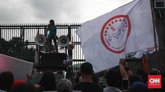 Demi menggencarkan penolakan pada RKUHP yang disebut ngawur, Aliansi Masyarakat Sipil melakukan aksi ramai-ramai tolak RKUHP di depan gedung DPR RI, Jakarta, Senin, 12 Februari 2018. (CNN Indonesia/Andry Novelino)