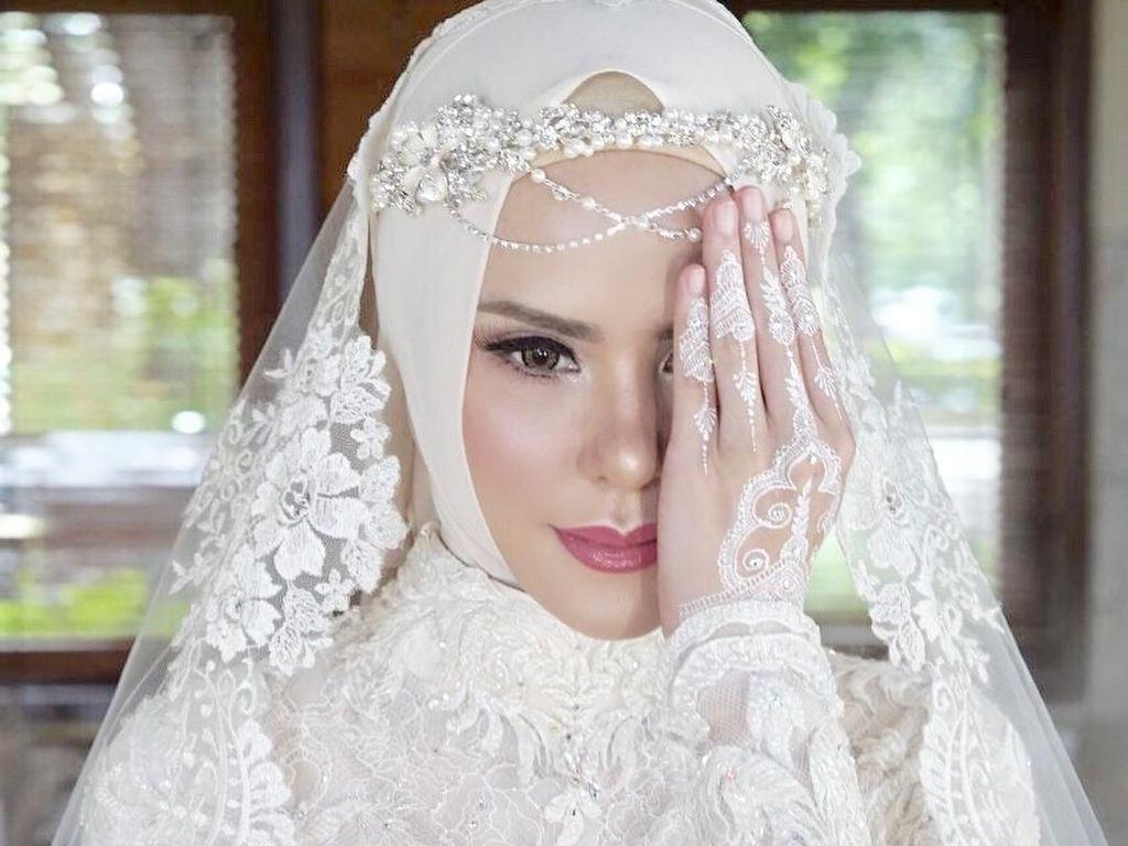 Angel Lelga Dikabarkan Cerai, Lihat Lagi Gaya Glamornya Saat Dinikahi Vicky