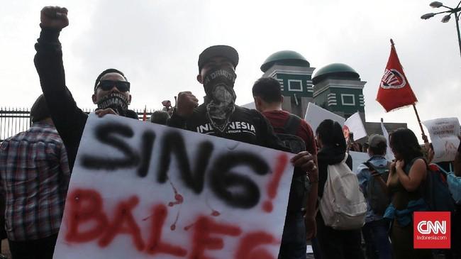 Aliansi Masyarakat Sipil yang melakukan aksi menyatakan tolak pengesahan rancangan KUHP, bahas ulang rancangan KUHP dengan pendekatan dekolonialisasi, KUHP berdasarkan hak Konstitusi warga negara dan pelibatan berbagai pihak, dan RKUHP harus memihak dan melindungi rakyat, bukan jualan politik penguasa.(CNN Indonesia/Andry Novelino)