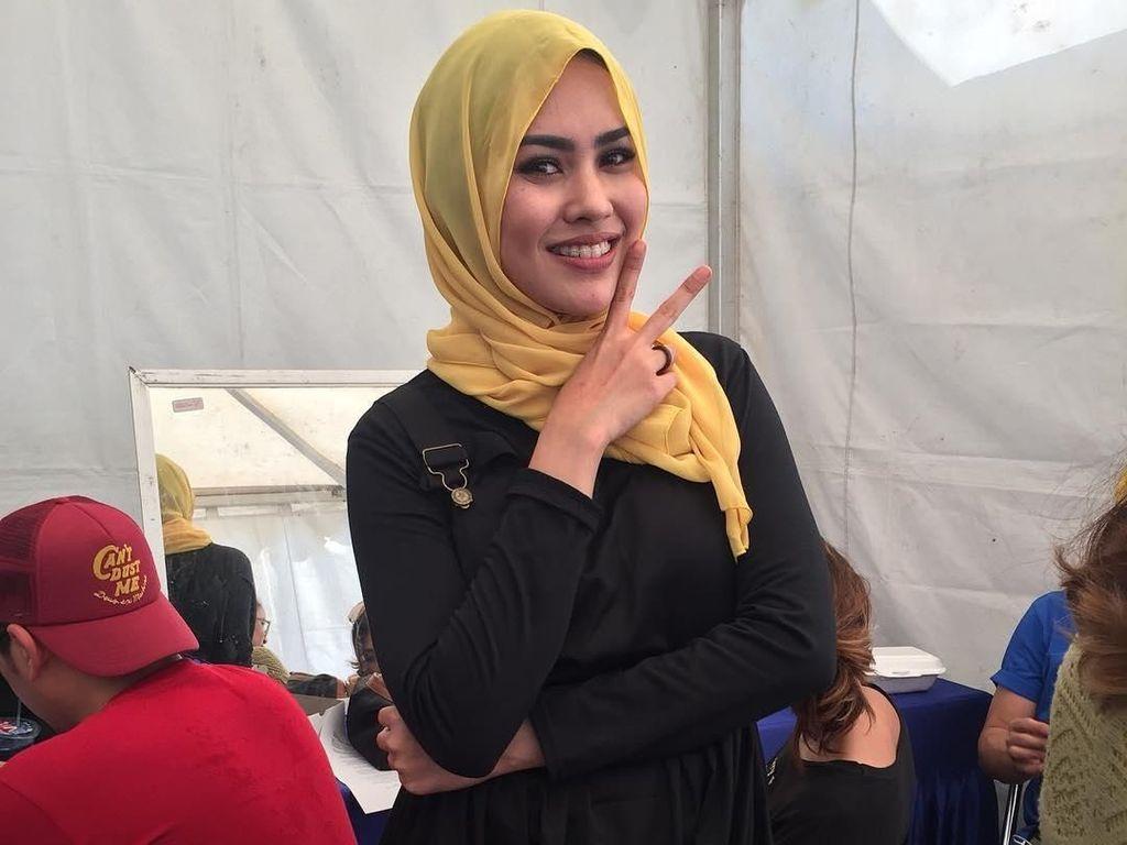 Foto: 11 Gaya Hijab Kartika Putri yang Simple dan Cantik