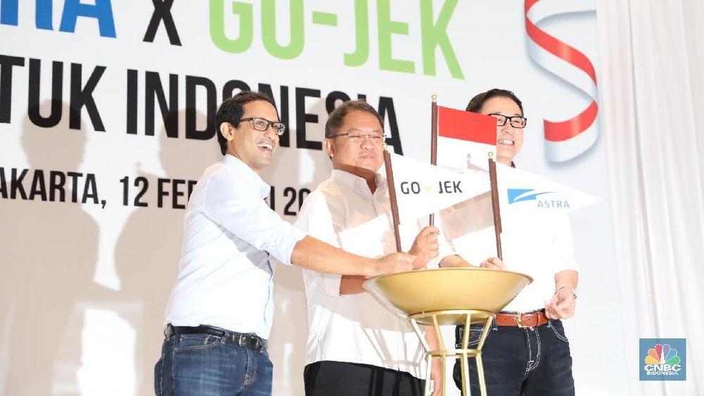 CEO Go-Jek Nadiem Makarim (kiri) beserta Menteri Komunikasi dan Informatika Rudiantara (tengah) dan Presiden Direktur Astra Prijono Sugiarto berkumpul bersama dalam konferensi Pers Astra dan Go-jek untuk Indonesia di Hotel Fairmont Senayan, Senin (12/2/2018). (CNBC Indonesia/Muhammad Sabki)