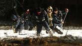 Tim penanganan darurat bekerja di lokasi jatuhnya pesawat. Lebih dari 400 orang dan 70 kendaraan dikerahkan. (REUTERS/Sergei Karpukhin)