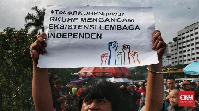 Aliansi Masyarakat Sipil menilai RKUHP yang akan dibahas dalam paripurna DPR sangat represif dan justru membuka ruang kriminalisasi bagi warga negara. (CNN Indonesia/Andry Novelino)