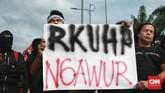 Berdasarkan draf yang telah dipelajari, Aliansi Masyarakat Sipil yang melakukan aksi tolak RKUHP di depan gedung DPR RI, Jakarta, menyatakan rancangan beleid tersebut ngawur. (CNN Indonesia/Andry Novelino)