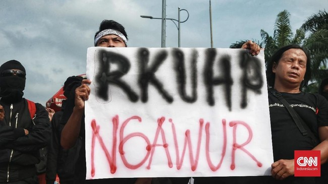 FOTO: Ramai-ramai Demo Tolak Revisi KUHP di DPR