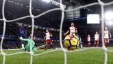 Victor Moses melesakkan bola ke gawang West Bromwich Albion pada menit ke-63, Chelsea unggul 2-0. (REUTERS/Eddie Keogh)