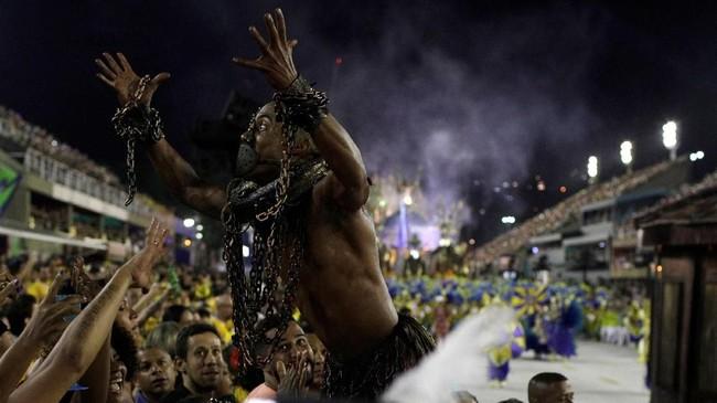 Beberapa hari sebelum karnaval tahunan Rio de Janiero, seorang anak perempuan berusia tiga tahun tewas dalam kejadian perampokan dan anak laki-laki 13 tahun terbunuh setelah terjebak dalam baku tembak antara polisi dengan bandar. (REUTERS/Ricardo Moraes)