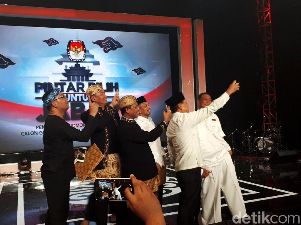 Setelah prosesi mendapatkan nomor urut, empat paslon yaitu Ridwan Kamil-Uu Ruzhanul Ulum, TB Hasanuddin-Anton Charliyan, Sudrajat-Ahmad Syaikhu, dan Deddy Mizwar-Dedi Mulyadi memanfaatkan momen bersejarah ini dengan swafoto di atas panggung.