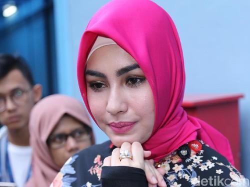 Tampil Dengan Gaya Ini, Hijab Kartika Putri Disebut Mirip Besek Gudeg
