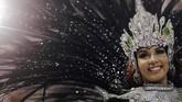 Wanita cantik dengan beragam kostum memukau tetap memeriahkan karnaval tahunan yang diselenggarakan di Rio de Janiero, 11 Februari lalu. (REUTERS/Ricardo Moraes)