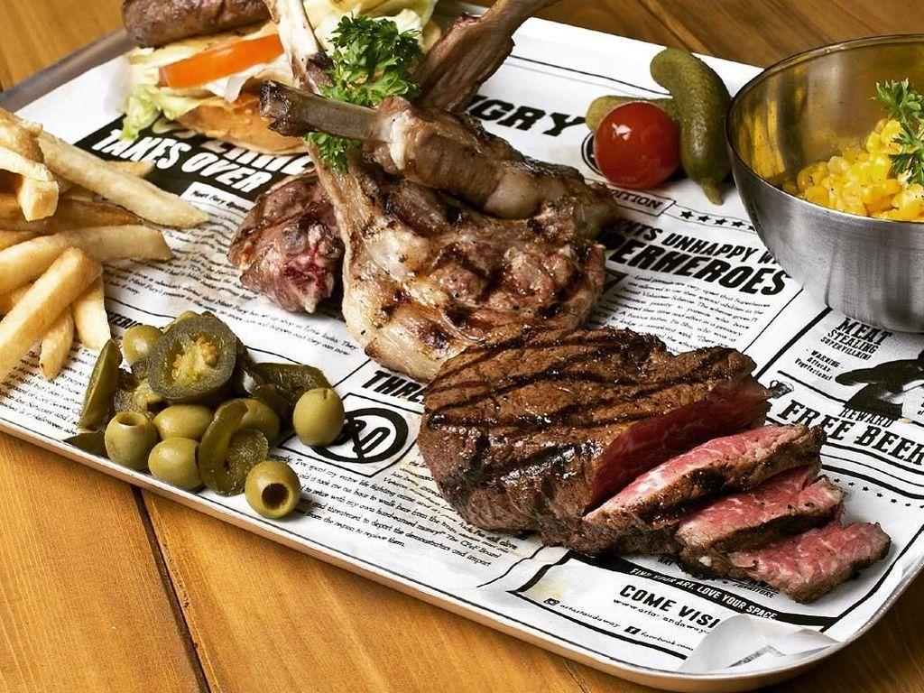 Ini salah satu menu andalan Hungry Heroes. Platter daging dengan isian steak, lamb chop dan burger dengan patty daging. Nyamm! Foto: Klook/Instagram Hungry Heroes