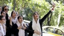 Dorong Pemrotes Jilbab Terjatuh, Netizen Kecam Polisi Iran