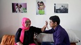 Korban siraman asam Pramodini Roul baru mendapatkan kembali penglihatannya setahun lalu setelah diserang dan baru pertama kali melihat pasangannya.