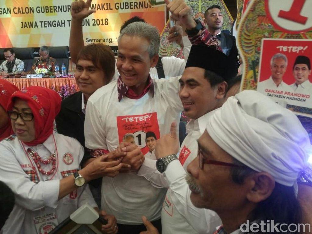 Saya dan Gus Yasin bergandengan tangan. Pilkada aman dan tenang, becik dan nyenengke, kita bikin contoh untuk Indonesia, tandas Ganjar.