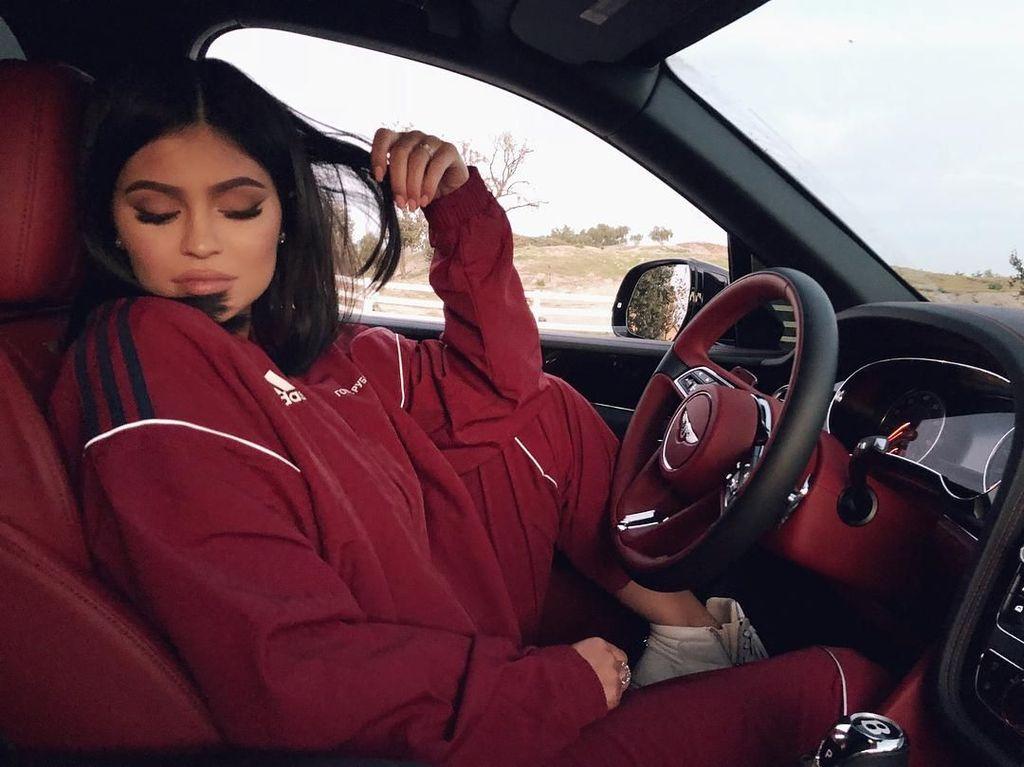 Kylie Jenner Merilis Kosmetik Badai Terinspirasi dari Nama Anaknya