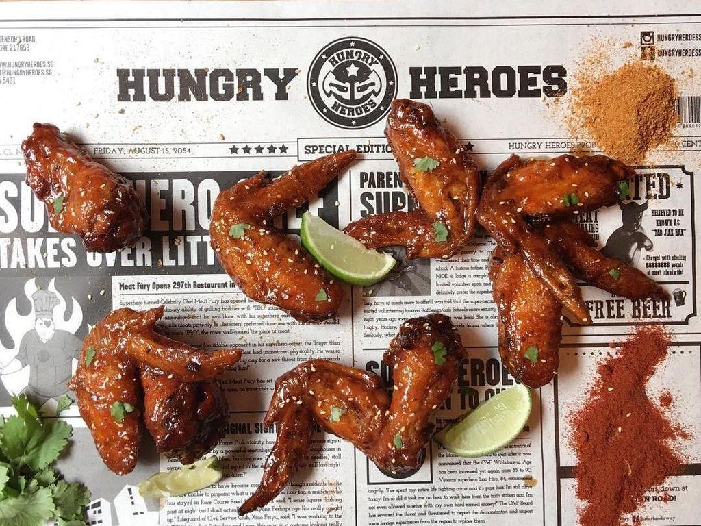 Nyamm nyaamm, chicken wings ini pedas dan segar lho! Dibalut saus sriracha dan perasan jeruk nipis. Foto: Klook/Instagram Hungry Heroes