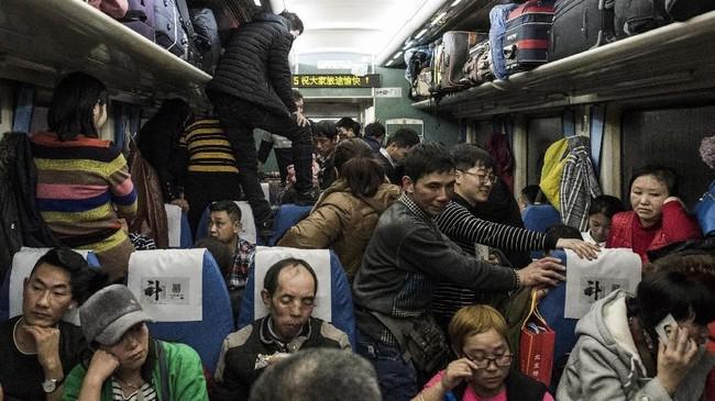 <p>Untuk menghindari kepulan asap rokok, sejumlah penumpang bahkan terlihat berdiri di atas kursi kereta, mengamati keadaan di seluruh gerbong. (AFP Photo/Fred Dufour)</p>