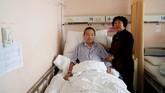 Huang Chenfeng setia menjaga suaminya Zheng Dingguo, yang dirawat di rumah sakit kanker. Pasangan tersebut dijodohkan oleh orangtuanya di tahun 1972. (REUTERS/Aly Song)