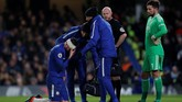 Olivier Giroud (kiri) mengalami cedera kepala karena terinjak bek West Bromwich, Ahmed Hegazy. (Reuters/Andrew)