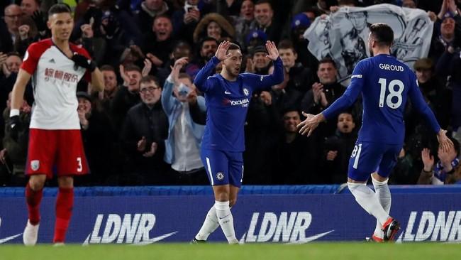 Selebrasi Eden Hazard melakukan selebrasi gol pertama bersama Olivier Giroud. Mantan striker Arsenal itu menjalankan peran dengan baik sebagai pemantul bola di lini serang. (REUTERS/Eddie Keogh)