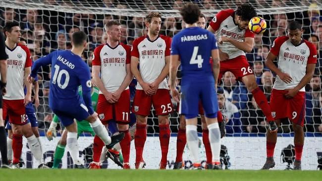 Salah satu peluang Eden Hazard di babak pertama diciptakan melalui tendangan bebas ke gawang West Bromwich Albion.(REUTERS/Eddie Keogh)