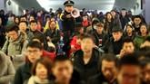 <p>Banyak dari mereka bahkan rela berdiri sepanjang perjalanan, mengandalkan kekuatan tangan yang bergelantungan di atas tempat duduk kereta. (Reuters/Stringer)</p>