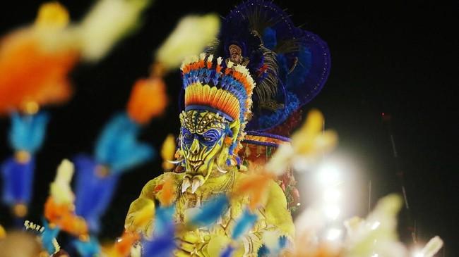 <p>Beragam tarian khas Brasil, seperti tari Samba, dengan penampilan menarik menjadi sajian utama yang menyedot perhatian turis.(REUTERS/Pilar Olivares)</p>