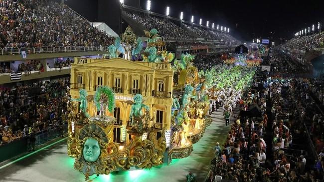 Sebanyak 6 juta orang, 1,5 juta di antaranya merupakan turis, diprediksi memenuhi sudut-sudut kota Rio de Janiero, Brasil, untuk memeriahkan karnaval tahunan tersebut. (REUTERS/Pilar Olivares)