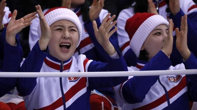 Meski senang dapat menyaksikan momen langka ini, sejumlah warga Korsel mengaku kasihan membayangkan kehidupan para pemandu sorak tersebut di tengah kekangan rezim Kim Jong-un. (Reuters/Bryan Snyder)