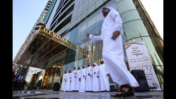 Inilah hotel tertinggi dunia yang ada di Dubai. Hotel Gevora baru dibuka Minggu (11/2) kemarin. Hotel tersebut diklaim sebagai yang tertinggi di dunia. Ketinggiannya mencapai 356 meter, mengalahkan rekor sebelumnya yang dimiliki JW Marriott Marquis (355 meter). (REUTERS/Satish Kumar)