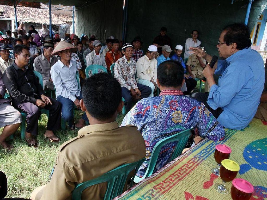 Rizal Ramli berdialog dengan para petani.