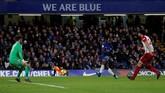 Victor Moses melepaskan tendangan keras ke gawang West Bromwich Albion. (REUTERS/Eddie Keogh)