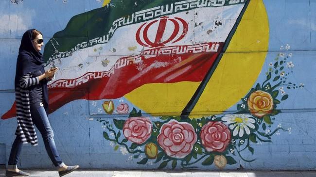 Sejak revolusi Iran pada 1979 silam, perempuan di negara tersebut diwajibkan mengenakan hijab. Namun, pergerakan untuk menentangnya perlahan mulai muncul ke permukaan. (AFP Phot/Stringer)