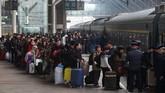 <p>Mereka yang berkampung di Chengdu harus rela berdesakan demi mendapatkan kursi kereta dan menempuh perjalanan selama 28 jam. (China Daily via Reuters)</p>
