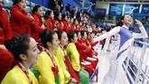 Duduk dalam enam kelompok berbeda, lebih dari 180 anggota pemandu sorak itu menampilkan koreografi yang sangat sinkron sepanjang babak kedua pertandingan. (Reuters/Grigory Dukor)