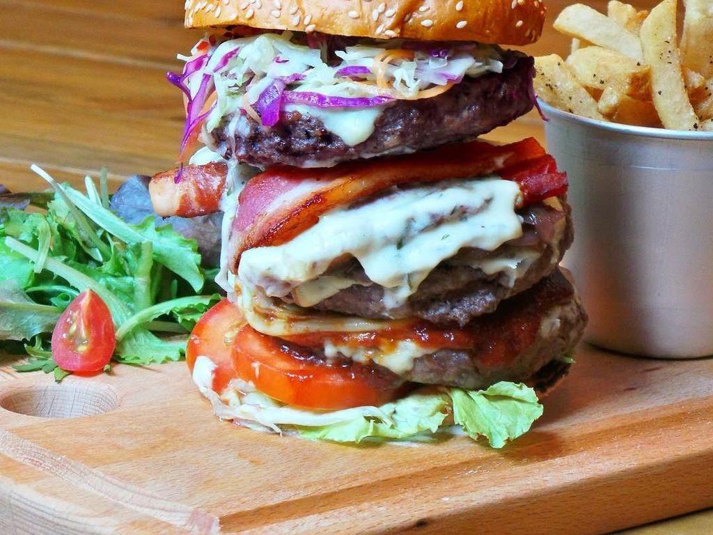 Inilah burger di Hungry Heroes. Padat, tebal dan mantap dengan isian patty daging dan bacon. Foto: Klook/Instagram Hungry Heroes