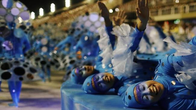 Namun Crivella menyebut bahwa momen karnaval ini adalah momen kebangkitan, harapan masyarakat Rio de Janiero untuk masa depan yang lebih baik dan penuh kebahagiaan, seperti ketika berpesta.(REUTERS/Pilar Olivares)