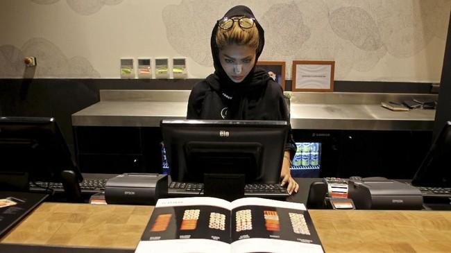 Sejak protes terbaru, 29 perempuan ditangkap karena melepas hijab, kata pemerintah. (AFP Photo/Atta Kenare)