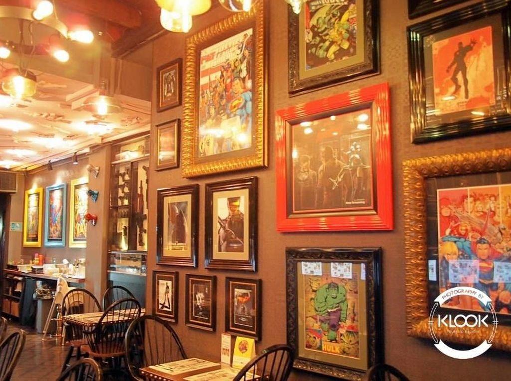 Aneka memorabilia superhero favorit kamu bisa ditemui di sini. Seperti yang terpajang keren di dinding-dinding kafe. Foto: Klook/Instagram Hungry Heroes
