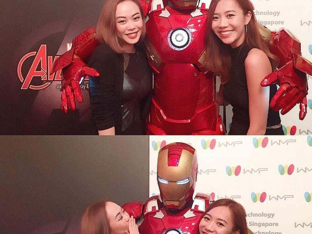 Nah, makin seru karena kamu bisa foto bareng Iron Man. Kapan lagi dipeluk Iron Man yang keren ini? Foto: Klook/Instagram Hungry Heroes