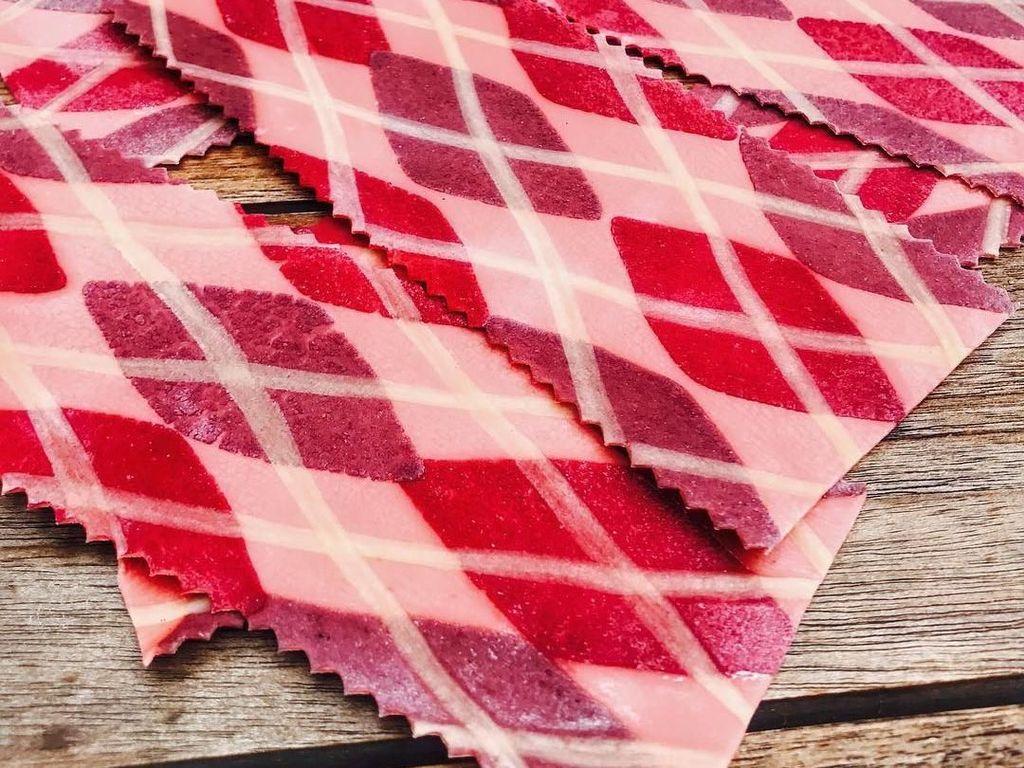 Eits! Yang ini kayak lembaran kain ya? Padahal ini pasta lasagna buatan Linda. Warna ungu, merah dan pink-nya amat cantik. Foto: Instagram saltyseattle