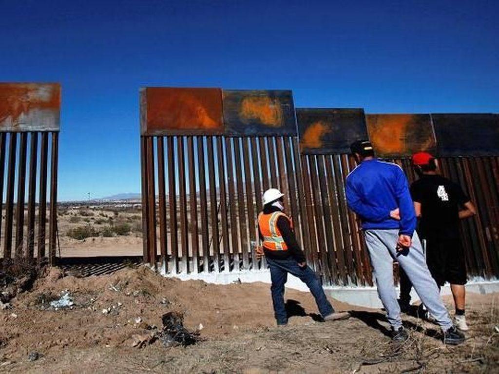 Perbatasan AS-Meksiko membentang sepanjang 25.650 km, sekitar 8.829 km di antaranya dibatasi oleh pagar besi yang sudah usang dimakan usia.