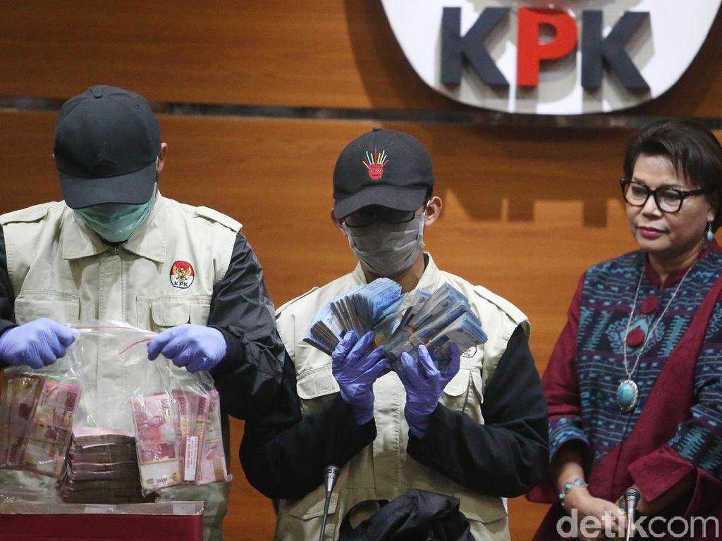 Wakil Ketua KPK Basaria Pandjaitan hadir dalam gelar barang bukti suap Bupati Subang Imas Aryumningsih.